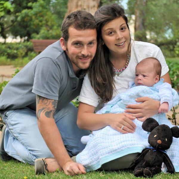 fotografia profissional de pais com bebé no jardim