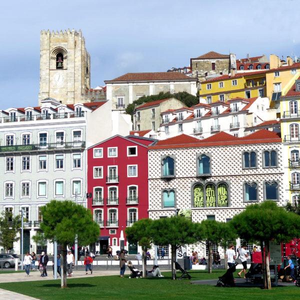 Fotografia profissional de rua típica da Mouraria.
