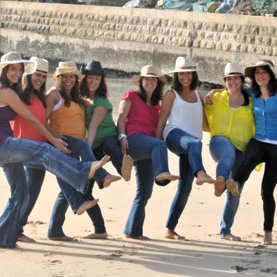fotografia profissional de raparigas a brincar na praia