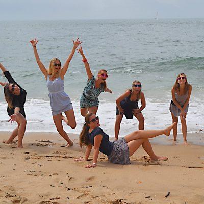 fotografia profissional de raparigas a pular na praia
