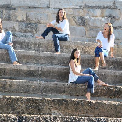 fotografia profissional de raparigas sentadas em degraus