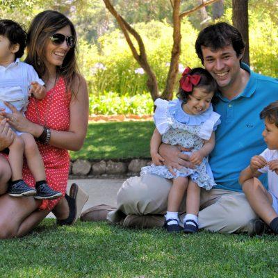 fotografia profissional de pais e três filhos no jardim