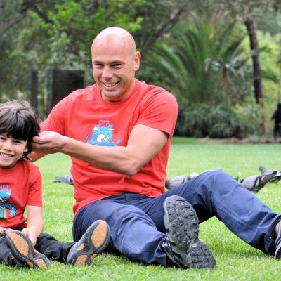 fotografia profissional de pai com filho na relva