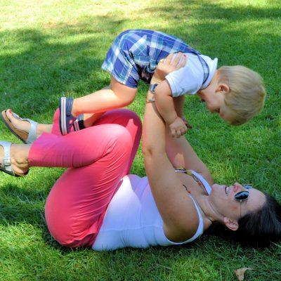 fotografia profissional de mãe com bebé na relva