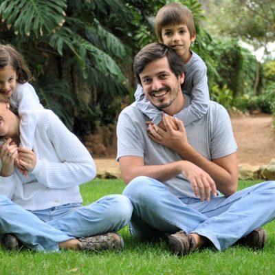 fotografia profissional de pais e filhos no jardim