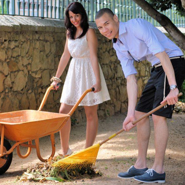 Retrato profissional de casal com utensílios de jardim. Fotografia profissional .