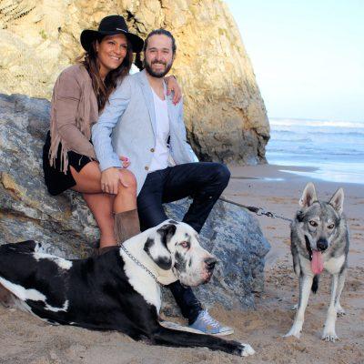 fotografia profissional de retrato de cães com os donos na praia