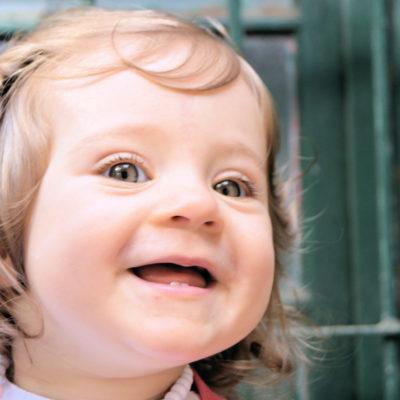 Fotografia profissional de rosto de menina de dois anos a sorrir