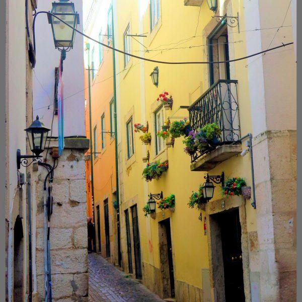 Fotografia profissional de rua típica de Alfama.